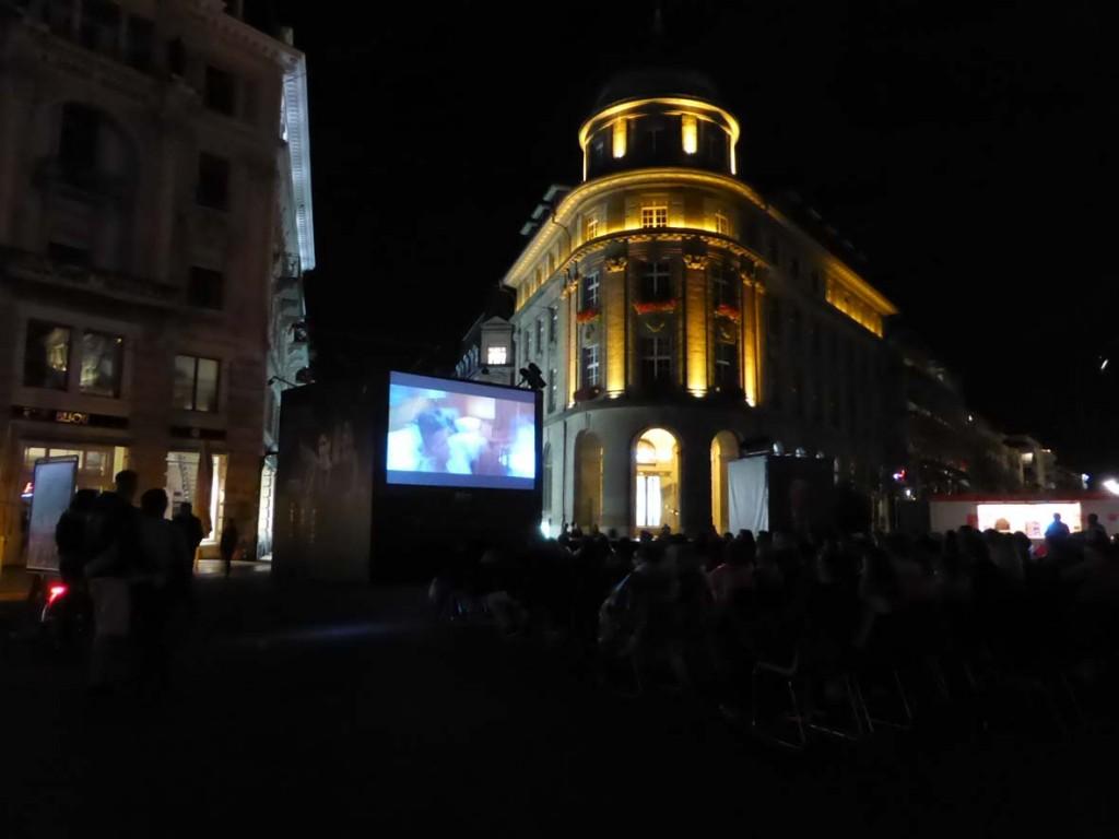 Le public était au rendez-vous pour le film « les petits mouchoirs » sur la place centrale